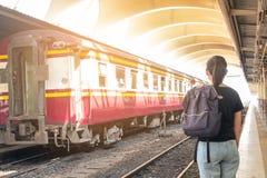 Mujer sola en la plataforma del tren del ferrocarril su sensación nostálgica imagen de archivo libre de regalías