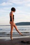 Mujer sola en la playa Imagen de archivo
