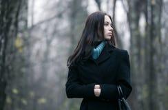 Mujer sola en un bosque imagen de archivo