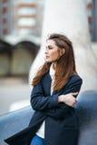 Mujer sola hermosa en calle de la ciudad foto de archivo