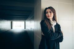 Mujer sola hermosa en un túnel del subterráneo fotografía de archivo libre de regalías