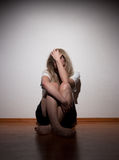 Mujer sola joven deprimida Fotos de archivo