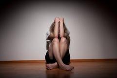 Mujer sola joven deprimida Imagen de archivo libre de regalías