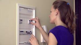 Mujer sola que empuja la palanca en caja del fusible almacen de video