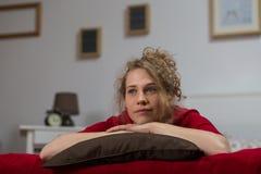 Mujer sola que miente en cama Fotografía de archivo