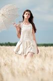 Mujer sola que recorre en campo de trigo. Sincronizado. Fotografía de archivo