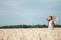 Mujer sola que recorre en campo de trigo. Sincronizado. Imagenes de archivo