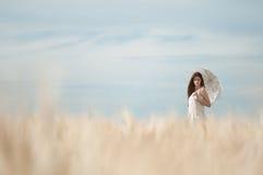 Mujer sola que recorre en campo de trigo. Sincronizado. Fotografía de archivo libre de regalías