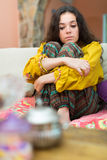 Mujer sola que se sienta en el sofá Fotografía de archivo