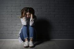Mujer sola que sufre de la depresión imágenes de archivo libres de regalías