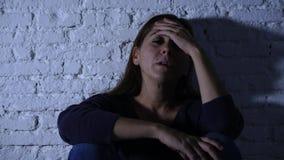 Mujer sola que sufre de la depresión almacen de metraje de vídeo