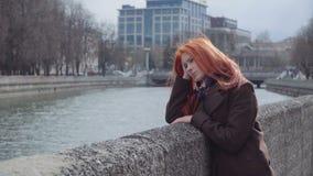 Mujer sola triste del jengibre almacen de metraje de vídeo
