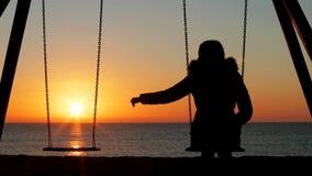 Mujer solamente que falta a su socio perdido en la puesta del sol metrajes