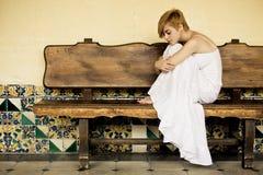Mujer solitaria en banco fotografía de archivo