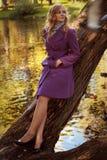 mujer sonriente adentro en parque del otoño Imágenes de archivo libres de regalías