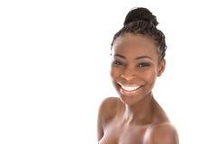Mujer sonriente afroamericana joven del retrato - blanco y negro Fotos de archivo libres de regalías