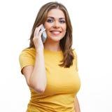 Mujer sonriente, aislada en el teléfono blanco del uso del fondo. Imágenes de archivo libres de regalías