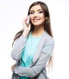 Mujer sonriente, aislada en el teléfono blanco del uso del fondo Imágenes de archivo libres de regalías