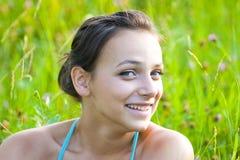Mujer sonriente al aire libre   Foto de archivo