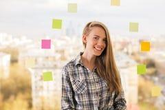 Mujer sonriente al lado de etiquetas engomadas Fotos de archivo