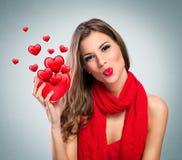 Mujer sonriente atractiva con el corazón rojo fotos de archivo libres de regalías