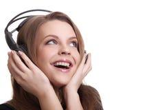 Mujer sonriente atractiva con los auriculares Fotografía de archivo