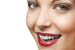 Mujer sonriente atractiva en el fondo blanco Foto de archivo