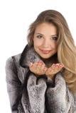 Mujer sonriente atractiva en una capa gris Fotografía de archivo libre de regalías