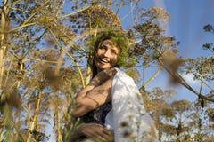 Mujer sonriente bastante feliz de los jóvenes en el fondo del verano de la hierba verde, concepto de la gente de la forma de vida Imágenes de archivo libres de regalías