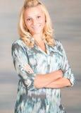 Mujer sonriente bastante rubia en camisa azul Fotografía de archivo
