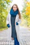 Mujer sonriente bonita en Autumn Outfit Style acogedor Fotografía de archivo libre de regalías
