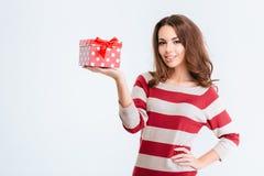 Mujer sonriente bonita que sostiene la caja de regalo Fotografía de archivo