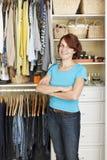 Mujer sonriente cerca del armario Fotos de archivo libres de regalías