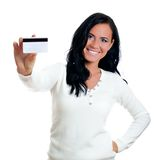 Mujer sonriente con de la tarjeta de crédito. Imágenes de archivo libres de regalías
