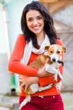 Mujer sonriente con el animal doméstico Fotos de archivo libres de regalías