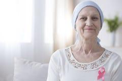 Mujer sonriente con el cáncer de pecho fotos de archivo
