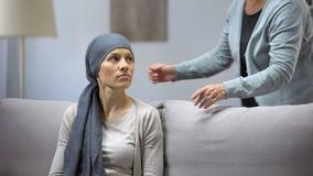 Mujer sonriente con el cáncer que abraza la madre, la esperanza y la unidad, remisión almacen de metraje de vídeo
