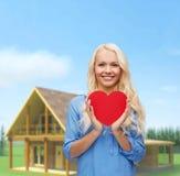 Mujer sonriente con el corazón rojo Imagenes de archivo