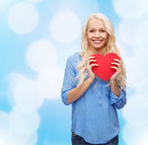Mujer sonriente con el corazón rojo Foto de archivo libre de regalías