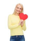 Mujer sonriente con el corazón rojo Imágenes de archivo libres de regalías