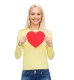 Mujer sonriente con el corazón rojo Fotografía de archivo libre de regalías