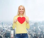 Mujer sonriente con el corazón rojo Imagen de archivo