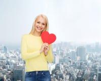 Mujer sonriente con el corazón rojo Imagen de archivo libre de regalías