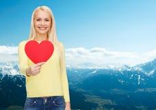 Mujer sonriente con el corazón rojo Foto de archivo