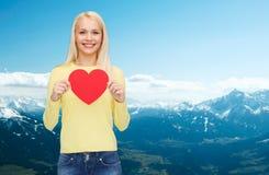 Mujer sonriente con el corazón rojo Fotografía de archivo