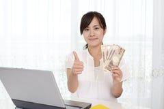 Mujer sonriente con el dinero Foto de archivo