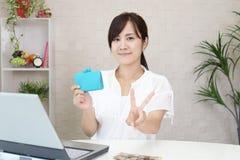 Mujer sonriente con el dinero Foto de archivo libre de regalías