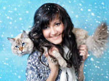 Mujer sonriente con el gato siberiano de la máscara Foto de archivo libre de regalías