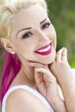 Mujer sonriente con el pelo rosado rubio y magenta Imagenes de archivo