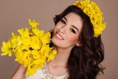 Mujer sonriente con el ramo de flores amarillas Foto de archivo libre de regalías